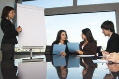 Austausch von Ideen während des Trainings lizenzfreie stockbilder