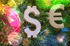 Austauschbewertung Euro, Dollar auf grünem Weihnachtsbaum mit roten Weinleseballdekorationen Stockfoto