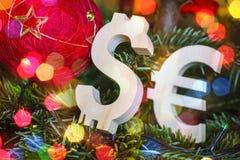 Austauschbewertung Euro, Dollar auf grünem Weihnachtsbaum mit roten Weinleseballdekorationen Stockbilder