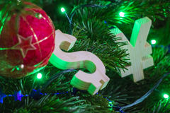 Austauschbewertung Yen, Dollar auf grünem Weihnachtsbaum mit roten Weinleseballdekorationen Stockfotos