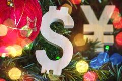 Austauschbewertung Yen, Dollar auf grünem Weihnachtsbaum mit roten Weinleseballdekorationen Lizenzfreie Stockfotos