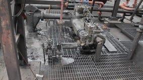 Austauschen der Dampfpumpe für Flüssigkeiten stock footage