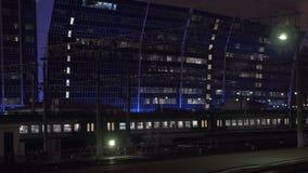 Austauschen durch Zug Abendreise in der Stadt stock video