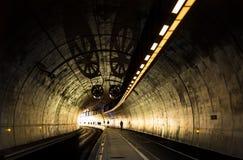 Austauschen in einem modernen Tunnel stockbild