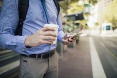 Austauschen mit Kaffee und Smartphone lizenzfreie stockfotografie