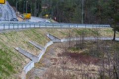Austefjorden en Volda, Noruega - 19 de abril de 2017: Los túneles se han cavado debajo del camino, para que los sapos crucen con  Fotos de archivo libres de regalías
