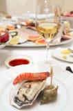 Auster und Garnele auf Platte lizenzfreie stockfotos