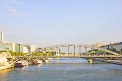 Austerlitz bro och moderna byggnader i Paris Arkivfoton