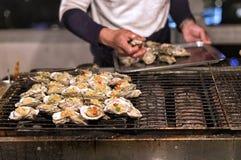 Austern auf einem chinesischen Straßen-Lebensmittel-Stall Lizenzfreie Stockfotos