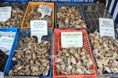 Austern in den Körben für Verkauf Stockfotografie