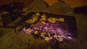 Austern, die auf einem Grill kochen stockbild