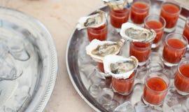 Austern mit Bloody- Marycocktail Stockfotos