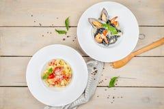 Austern-Spaghetti-Schuss für Restaurant-Spitze auf dem Hintergrund stockbilder