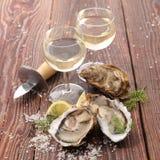 Austern- und Weingläser stockfoto
