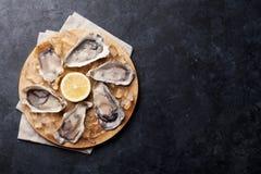 Austern und Zitrone über Eis stockfotografie