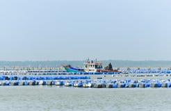 Austernbauernhof und Austernboot im Meer von Thailand Lizenzfreie Stockfotografie