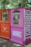 Austin Chronicle e suportes de jornal diários do Texan fotografia de stock royalty free