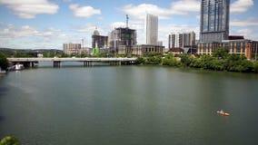 Austin City Downtown Skyline Kayaker die de Rivier van Colorado navigeren stock footage