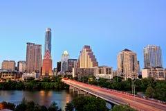 Austin Downtown Skyline Illuminated all'ora blu immagini stock libere da diritti