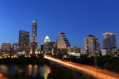 Austin Downtown Skyline Illuminated all'ora blu immagini stock