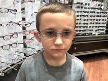 Austin essayant sur de nouveaux verres d'oeil images libres de droits