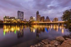 Austin i stadens centrum horisont vid floden på natten, Texas royaltyfri foto