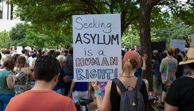 AUSTIN, il TEXAS - 2 LUGLIO 2019 - la gente che protesta contro presidente Donald Trump e campi del confine Richieste differenti  immagine stock libera da diritti