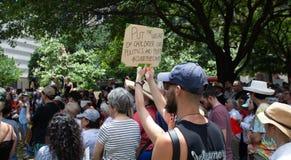 AUSTIN, il TEXAS - 2 LUGLIO 2019 - la gente che protesta contro presidente Donald Trump e campi del confine Richieste differenti  immagini stock libere da diritti