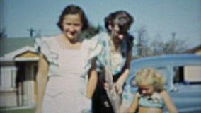 AUSTIN, LE TEXAS 1953 : Marche de aide de papier de bébé et de tante de lecture de maman banque de vidéos
