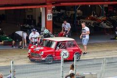 Austin Mini Cooper S no circuito de Barcelona, Catalonia, Espanha imagem de stock