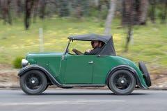 Austin 1937 7 Ruby Roadster, der auf Landstraße fährt lizenzfreies stockfoto