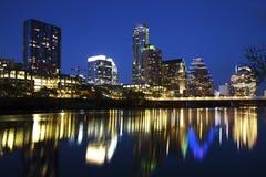 Austin Skyline Reflected en el río, Austin, Tejas foto de archivo libre de regalías