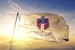 Austin-Stadthauptstadt von Texas des Flaggentextilstoffgewebes Vereinigter Staaten, das auf den Spitzensonnenaufgangnebelnebel we stockbild