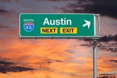 Austin Teksas trasy 35 autostrady wyjścia Następny znak z zmierzchu niebem obrazy stock