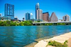 Austin Texas com céu azul e luz do sol molha a borda da ideia do lago town da skyline imagens de stock royalty free