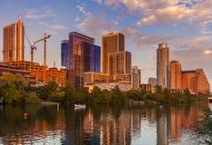 Austin Texas med nybyggen stigning som reflekterar i damen Bird Lake på solnedgången/Austin Skyline och nybyggnader royaltyfri foto