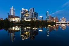 Austin Texas med nybyggen stigning som reflekterar i damfågel sjön under solnedgång/Austin Skyline och nybyggnader arkivfoto
