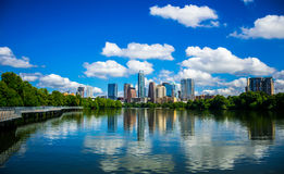 Austin Texas Riverside Pedestrian Bridge Town sjöreflexioner på den trevliga Summy dagen Arkivbilder