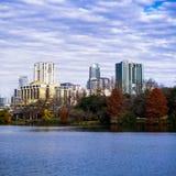 Austin, Texas Skyline nella caduta dalle rive di signora Bird Lake fotografie stock libere da diritti