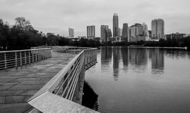 Austin Texas, stad för horisont för USA abstrakt gå bro i stadens centrum sjö Arkivbild