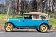 Austin 20 Tourer som 1924 kör på landsvägen Royaltyfri Bild