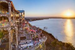 Austin, TX/USA - cerca do fevereiro de 2016: Por do sol acima do lago Travis do restaurante em Austin, Texas dos oásis Imagem de Stock Royalty Free