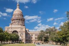 Austin, TX/USA - cerca do fevereiro de 2016: Texas State Capitol com os heróis do monumento de Alamo em Austin Fotos de Stock