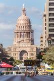 Austin, TX/USA - cerca do fevereiro de 2016: Texas State Capitol visto da avenida do congresso em Austin, TX Imagem de Stock Royalty Free