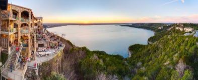 Austin, TX/USA - circa febbraio 2016: Panorama del lago Travis dal ristorante in Austin, il Texas dell'oasi al tramonto fotografia stock libera da diritti