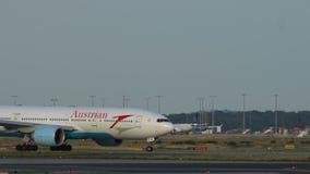 Austiran Boeing 777 que grava en el aeropuerto de Frankfurt-am-Main almacen de metraje de vídeo