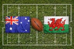 Austrália contra Bandeiras de Gales no campo do rugby fotos de stock