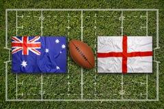 Austrália contra Bandeiras de Inglaterra no campo do rugby imagens de stock