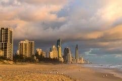 Austrália, Queensland, praia do paraíso dos surfistas e cidade em sunris Imagem de Stock Royalty Free