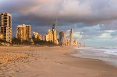 Austrália, Queensland, praia do paraíso dos surfistas e cidade em sunris Imagens de Stock